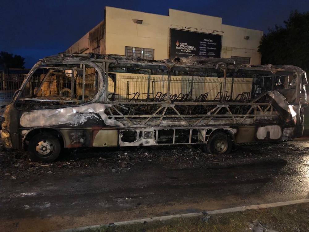 Homens colocam fogo em micro-ônibus em Viamão