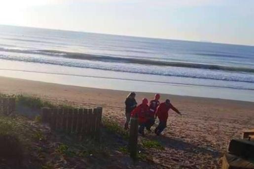 Corpo de mulher é encontrado na praia e filha dela está desaparecida