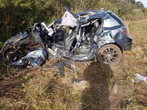 Mulher sobrevive após carro ficar destruído em acidente com carreta