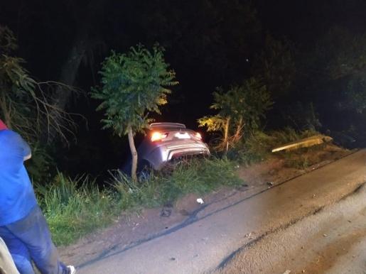 Veículo cai em barranco após colidir com carro e poste