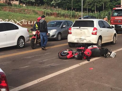 VÍDEOS: Engavetamento deixa motociclista gravemente ferido na Waldemar Rangrab