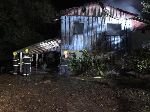 VÍDEO: Residência fica destruída por incêndio no interior de SMOeste