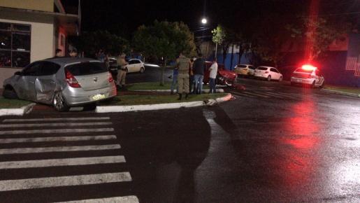 Motorista foge após colisão entre veículos no centro de SMOeste