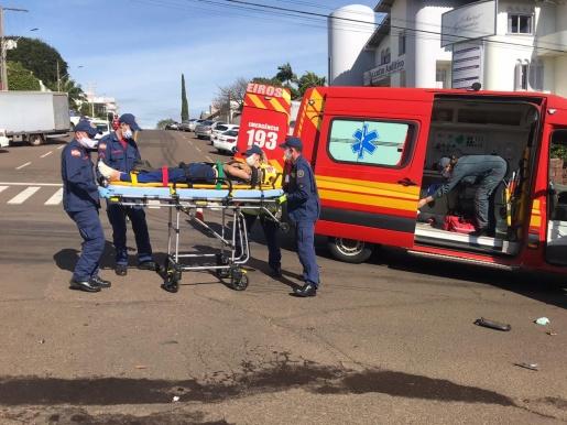 VÍDEO: Colisão entre carro e moto deixa jovem ferido em SMO