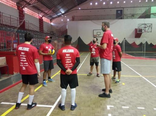 OUÇA: São Miguel Indians abre escolinha de vôlei em SMOeste