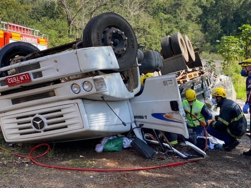 Tombamento de caminhão deixa condutor ferido na BR-282 entre SMOeste e Maravilha