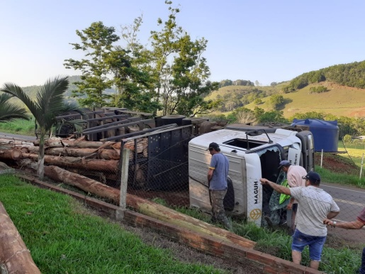 Caminhão carregado com madeira tomba em Riqueza