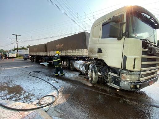 VÍDEO: Colisão entre dois caminhões deixa trânsito lento na Avenida Willy Barth