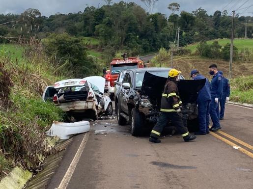 VÍDEO: Acidente entre três veículos deixa uma mulher morta na SC-492
