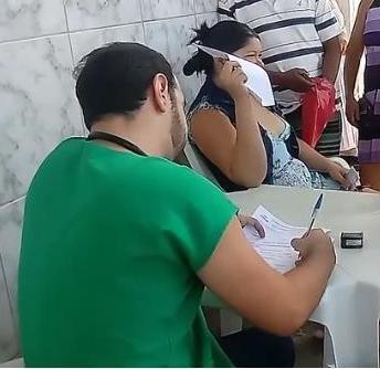 Médico demitido atende pacientes na calçada de hospital