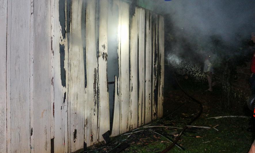 Residência é parcialmente destruída por incêndio