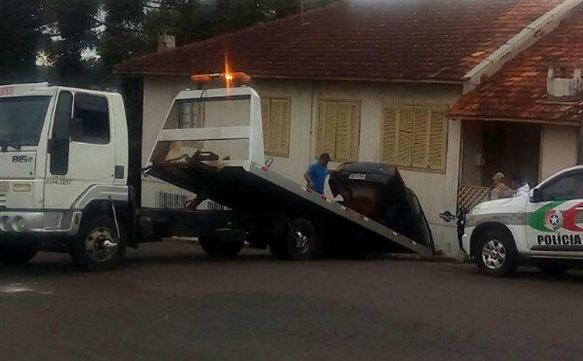 Automóvel com problemas mecânicos colide em residência