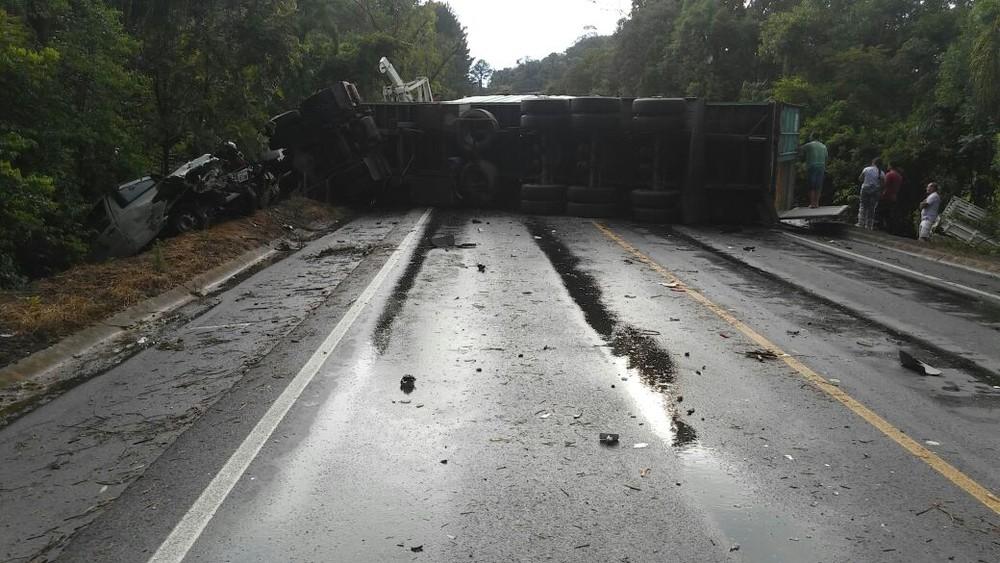 Acidente mata três pessoas em veículo argentino na BR-470