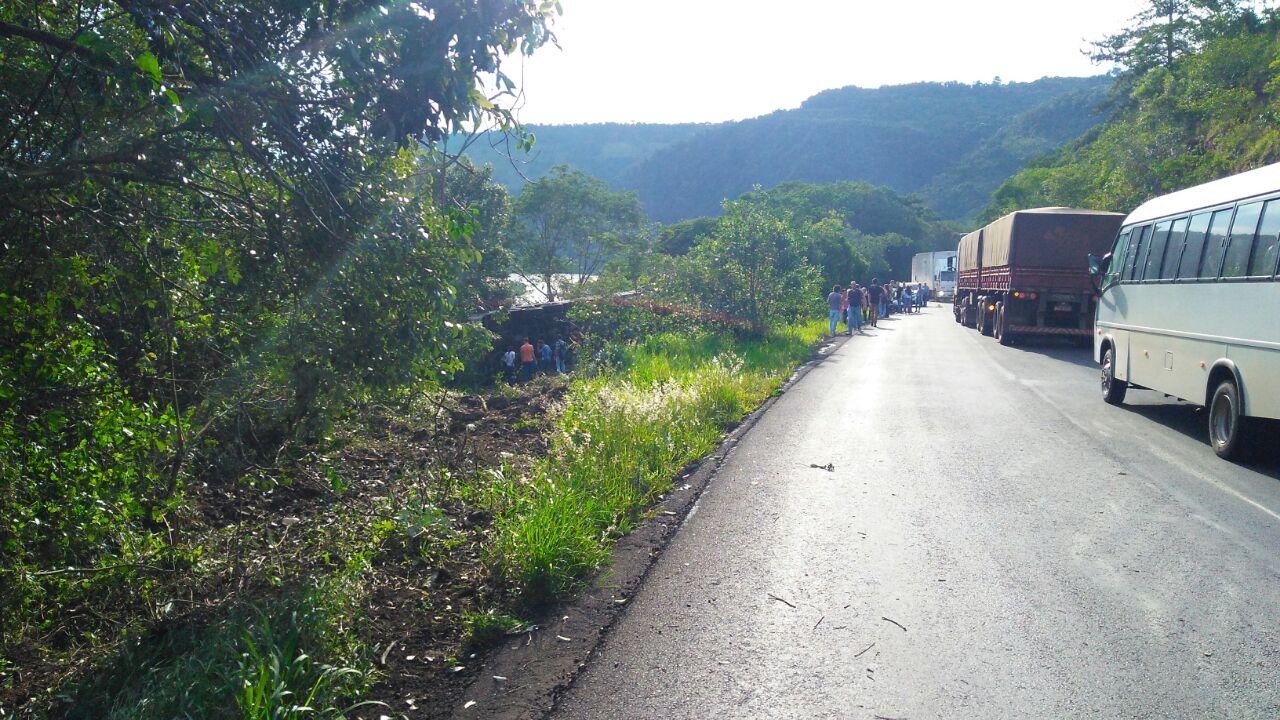Ônibus que transportava universitário para Chapecó tomba na divisa com RS